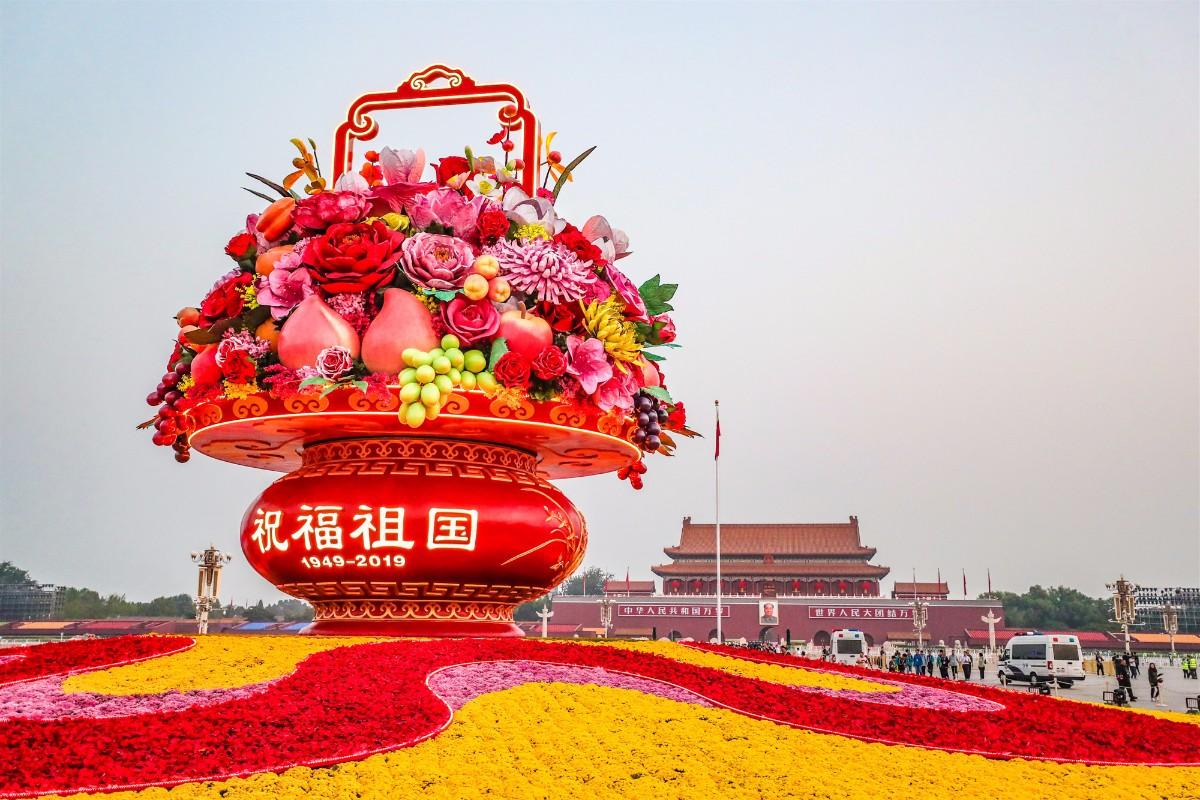 """""""普天同庆""""中心花坛亮相天安门广场,仅用7小"""