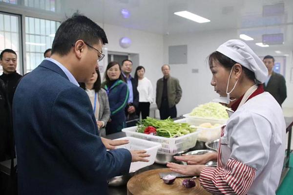"""省市场监管局到丁家营幼儿园检查食品安全""""双"""