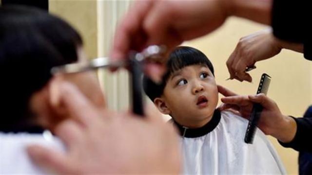 西安:节前扎堆理发 发型师忙得团团转