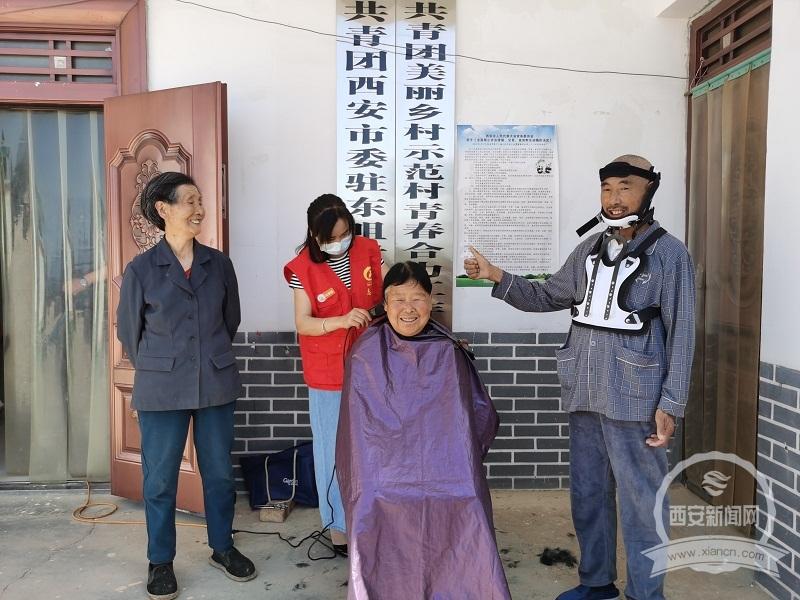 藍田青少年公益服務中心志愿者義務為孤寡老人理發