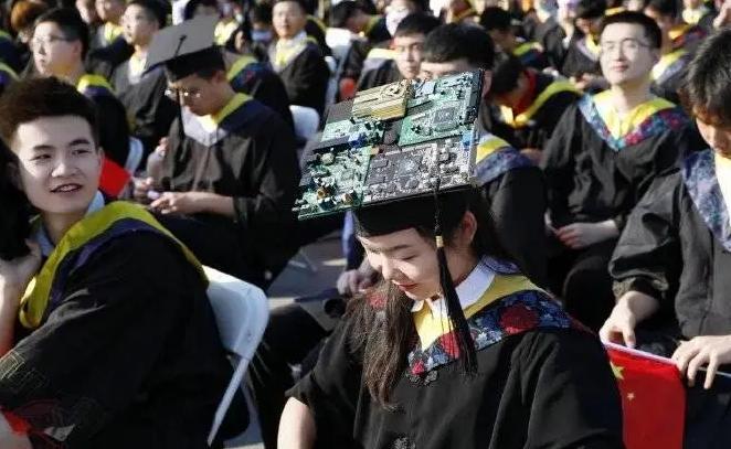 """毕业典礼上西电一女生戴""""电路板""""学士帽:突出专业特色"""