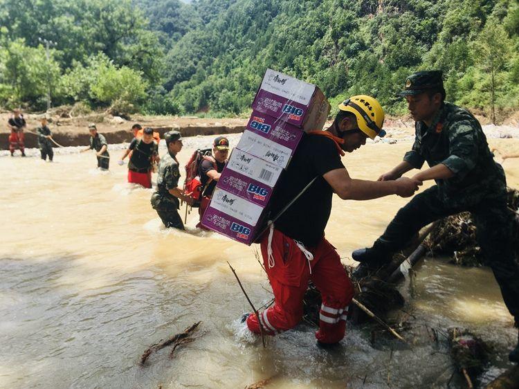 追踪丨洛南县受灾严重村庄最缺吃的 道路冲毁口粮要背进去