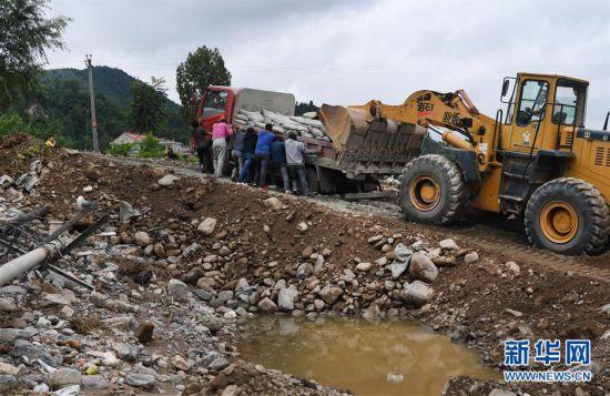 (防汛抗洪)(1)陕西洛南:山洪过后忙自救