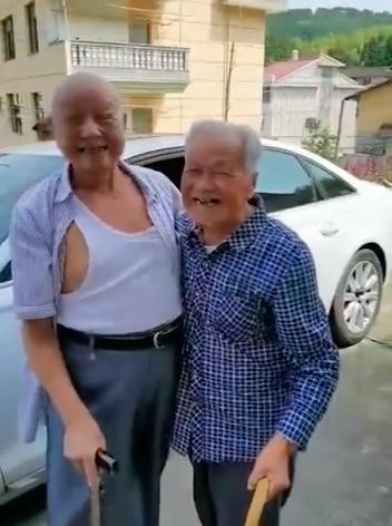 儿媳接公公15年未见的战友回家,两位老人一眼认