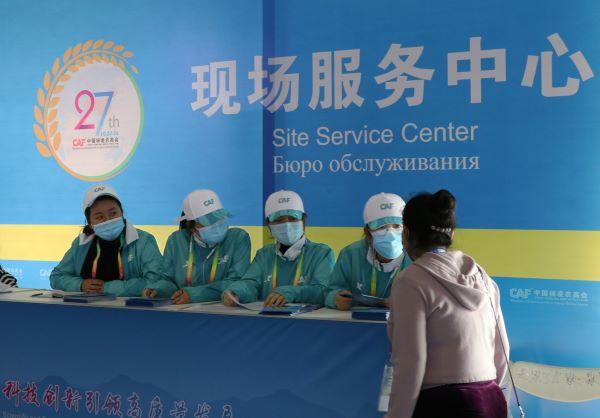 志愿者在工作站为咨询者答疑解惑.jpg