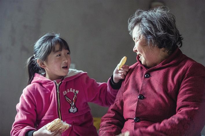 """""""我想把零食带回家给爷爷奶奶吃"""""""