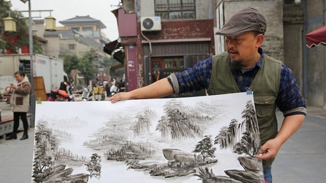 汉中农民用手臂手掌手指作水墨画 苦练20年画出绝美山水