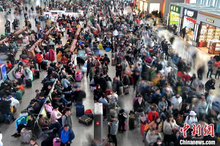 资料图:福州火车站候车大厅等候检票的旅客排起了长队。 张斌 摄
