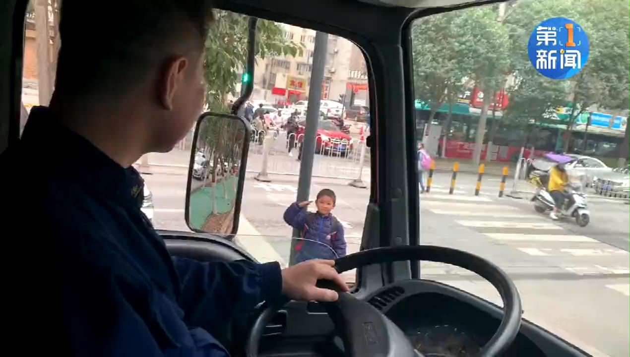 最美的敬礼!西安一小学生过马路行军礼目送消防车离开