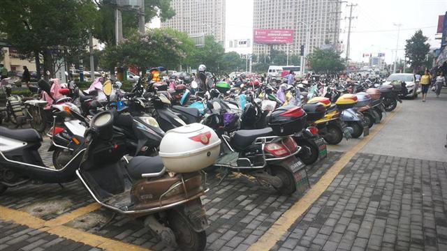 西安街办社区齐出动 整治电动车乱停放问题