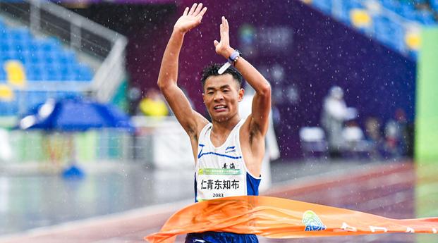 青海选手仁青东知布夺得全运会田径男子马拉松冠军