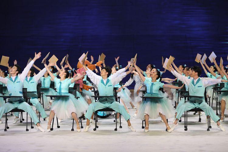 书本舞蹈动作整齐划一 一起点亮心中梦想