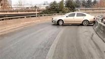 [西安]立交上路面积水结冰近百米 致车辆打滑撞上护栏