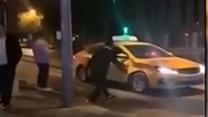 [費解]男子夜晚暴踹出租車  警方:酒后與其妻鬧矛盾撒氣
