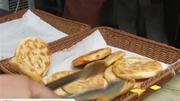 """一元烧饼店前排""""长龙"""""""