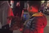 """八岁男孩街头卖拐枣 """"靠自己劳动 不可怜"""""""