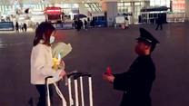 甜蜜!退伍老兵车站向女友求婚