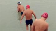 挑战严寒冬泳爱好者的体验