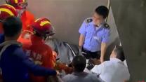 300斤女子家中突然昏迷   7名壮汉15分钟安全转运